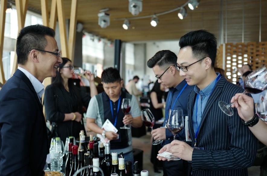 Hommes dégustant du vin